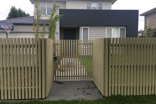 Feature 42/42 Pre Primed Kiln Dried Batten fence with concealed posts and single gate