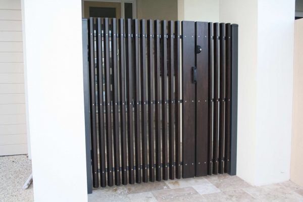 Radial Sawn battens on singe gate with wing fences